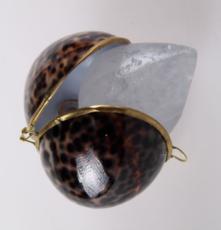 Кристалл в подарочных натуральных тихоокеанских раковинах  и пакете,  ТИГРОВЫЕ,  65-75 гр.