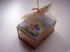 Кристалл брусок в подарочной шкатулке. плетеной  из пальмы Рапия. 100 гр.